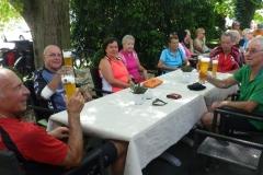 In einer Gartenwirtschaft in Bad Bellingen: nach ca. 80 km in den Beinen schmeckt das Weizenbier ! 24.7.2015